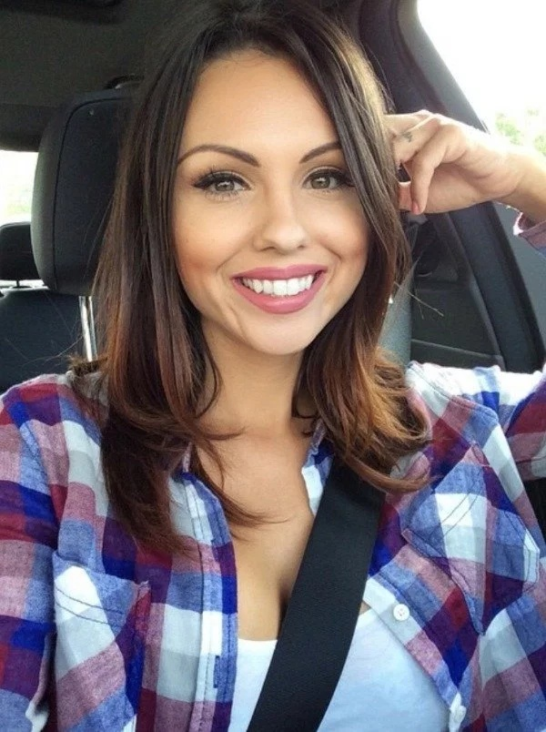 Smiling Busty Girls (25 pics)