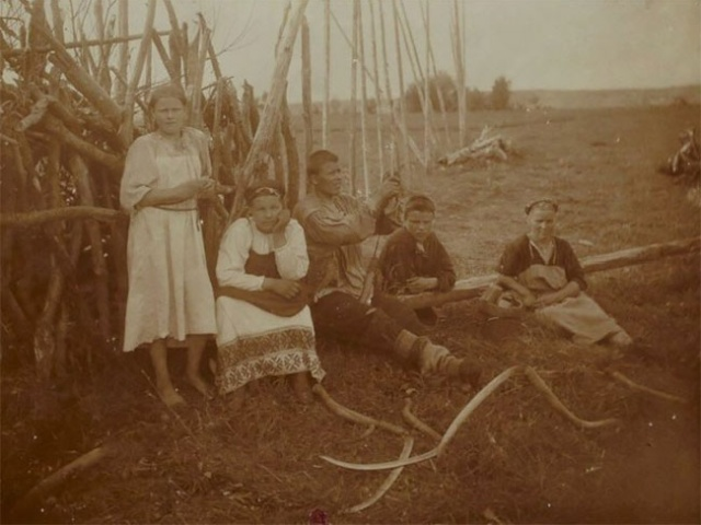 Rare Vintage Photos Of Dwellers Of The Russian North Over A Century Ago (24 pics)