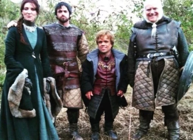 Awesome Behind-the-scenes Photos Of 'Game Of Thrones' Cast (29 pics)