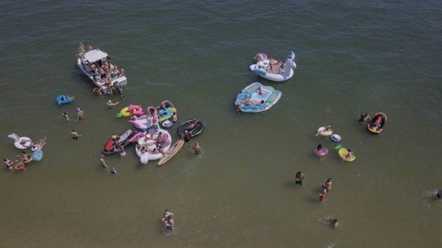 This Is How Memorial Day Tourists Destroy Virginia Beach (22 pics)
