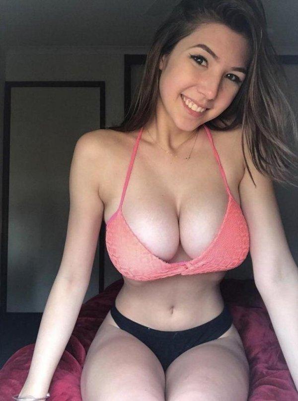 Very Hot Busty Girls (50 pics)