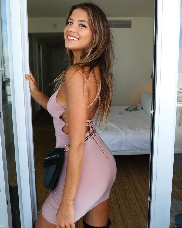 Girls Wearing Very Tight Dresses (50 pics)