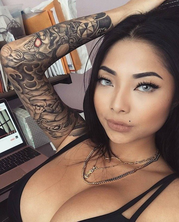 Very Hot Girls With Tattoos (21 pics)