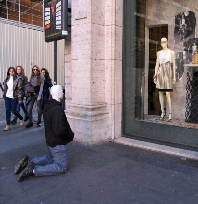 Artist Places Mannequins Around The World Just To Mess With People (30 pics)