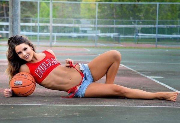 Pretty Female Fans (33 pics)