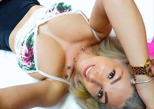 Cute Busty Girls (48 pics)