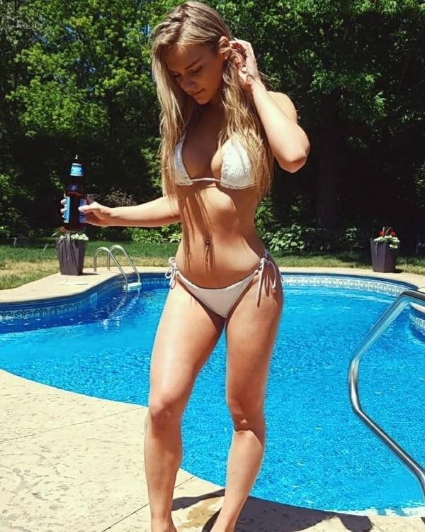 Blondes and Brunettes (72 pics)
