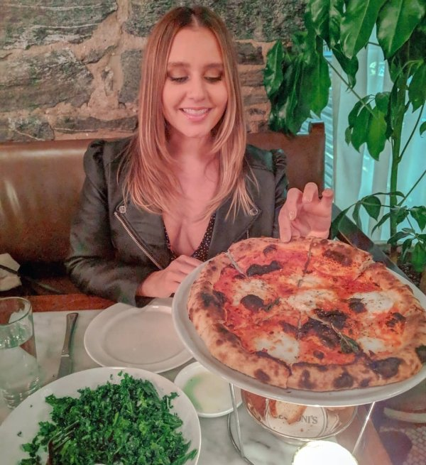 Cute Girls and Hot Pizza (32 pics)