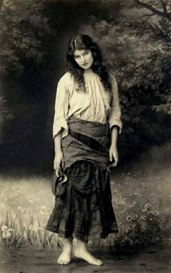 Beautiful Women More Than A Century Ago (27 pics)
