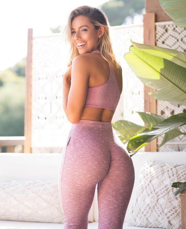 Girls In Yoga Pants (31 pics)