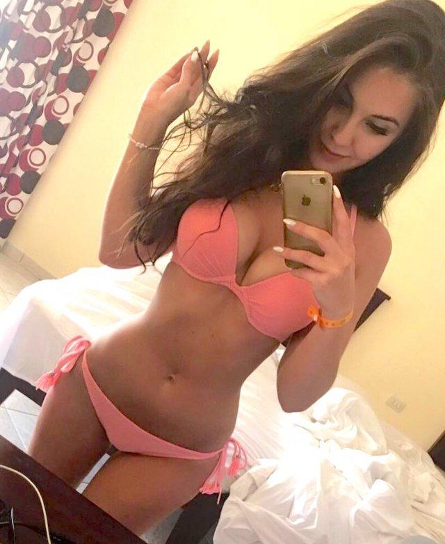 Hot Selfies (82 pics)