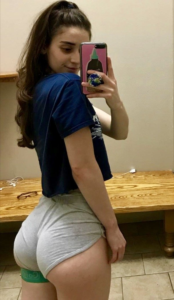 Girls In Short Shorts (43 pics)