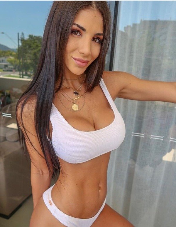 Girls In Sports Bras (31 pics)