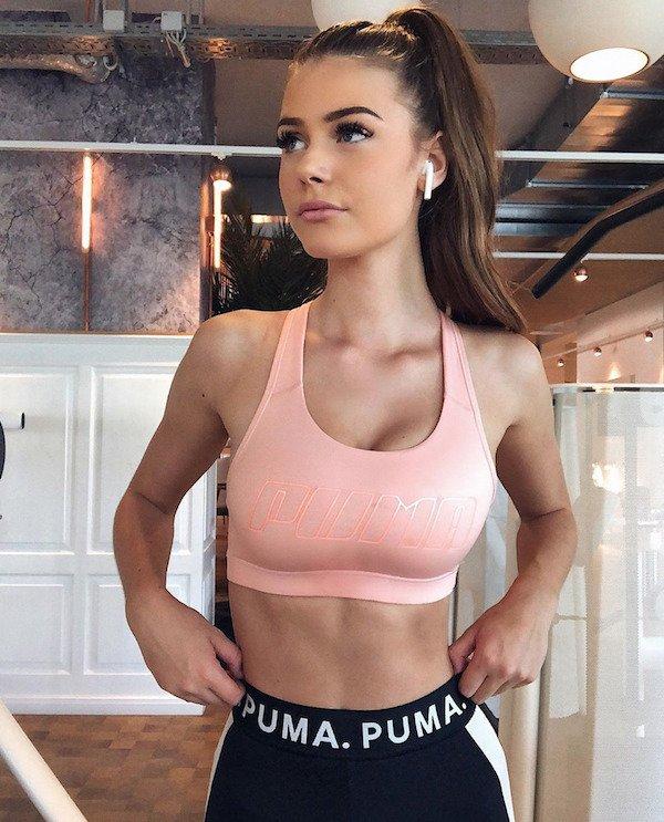 Girls In Sports Bras (31 pics)