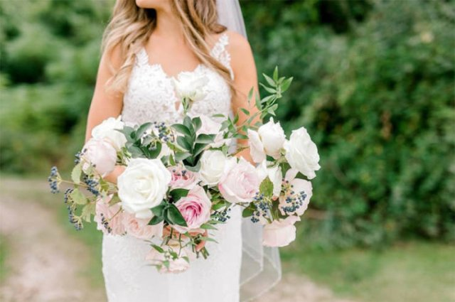 A Wedding Photoshoot Interrupted (16 pics)