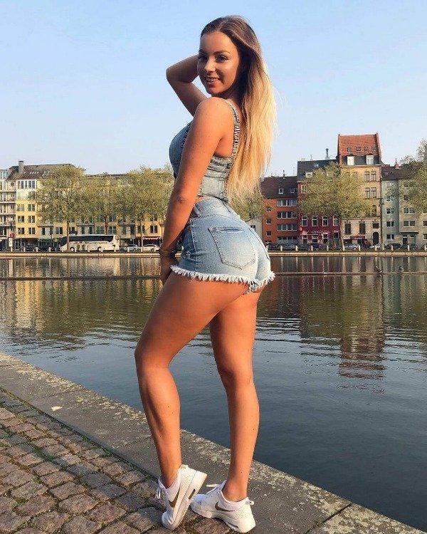 Girls In Short Shorts (31 pics)