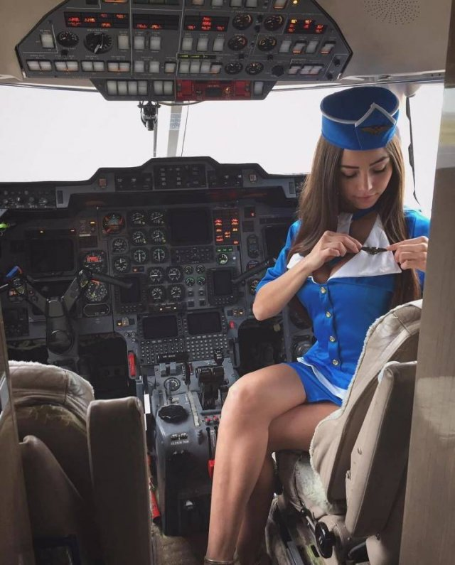 Cute Flight Attendants (50 pics)