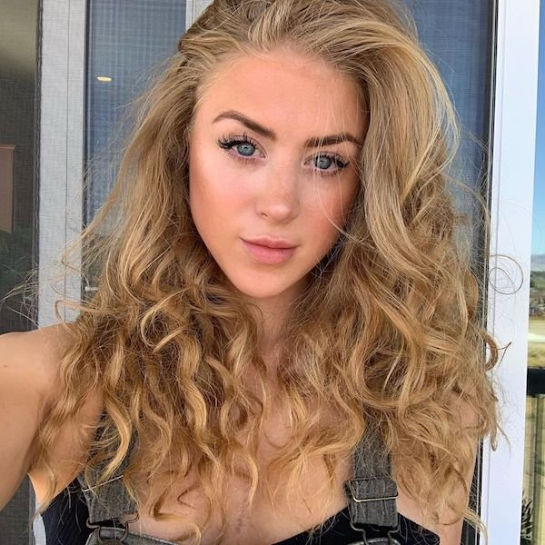 Cute Girls With Curly Hair (31 pics)