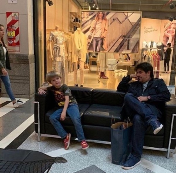 Men Waiting For Their Women (32 pics)