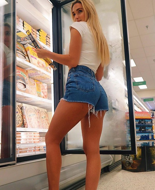Girls In Tight Jeans (37 pics)