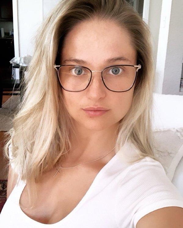 Hot Girls In Glasses (40 pics)