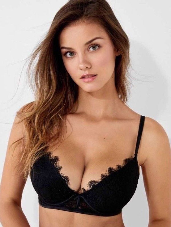 Girls cleavage pics