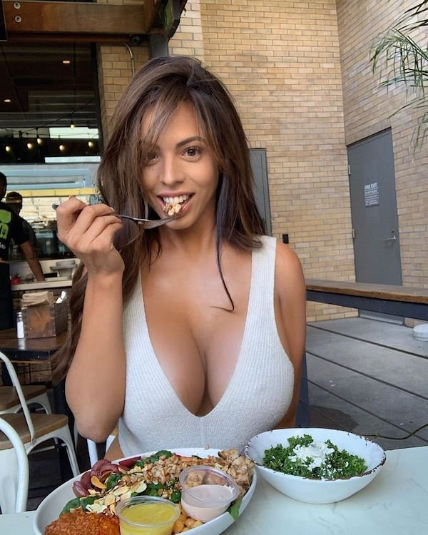 Cleavage Girls (31 pics)