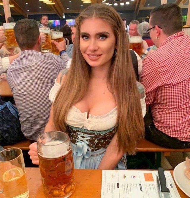 Girls At Oktoberfest (50 pics)