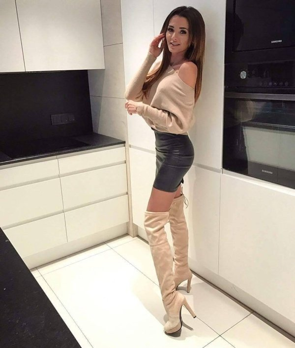 Ladies Wearing High Heels (33 pics)