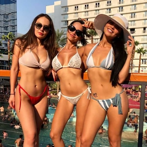 Girls In Groups (38 pics)