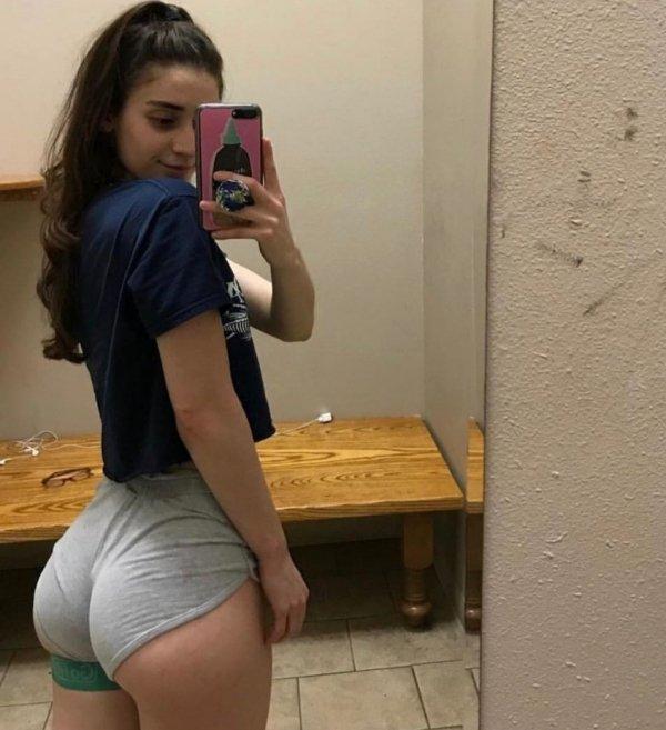 Girls In Short Shorts (48 pics)