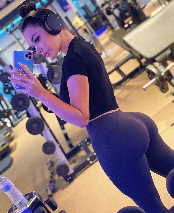 Fit Girls In Yoga Pants (44 pics)
