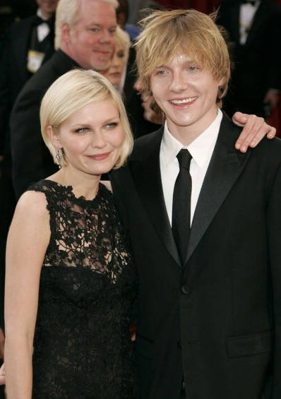 Celebrities Who Have Unknown Siblings (32 pics)