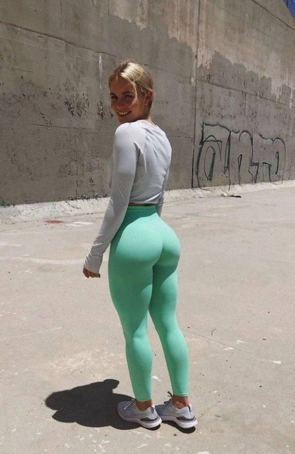 Girls In Yoga Pants (51 pics)