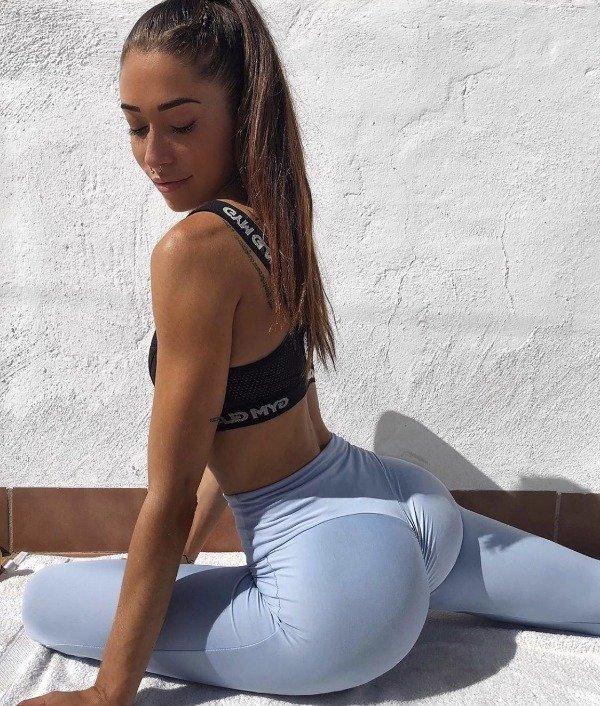 Girls In Yoga Pants (32 pics)
