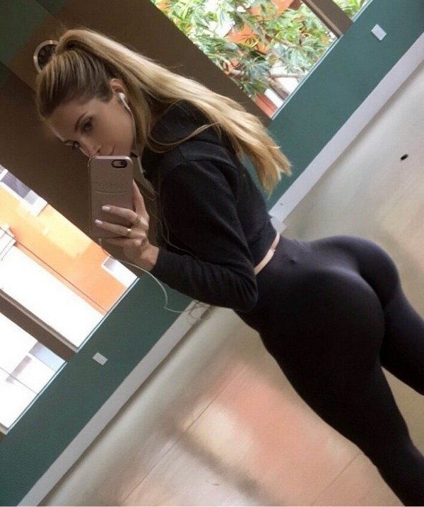Girls Wearing Yoga Pants (47 pics)