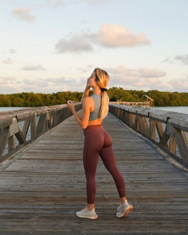 Hot Girls In Yoga Pants (45 pics)