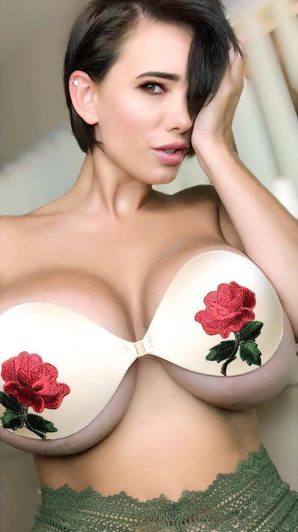 Very Busty Girl (34 pics)