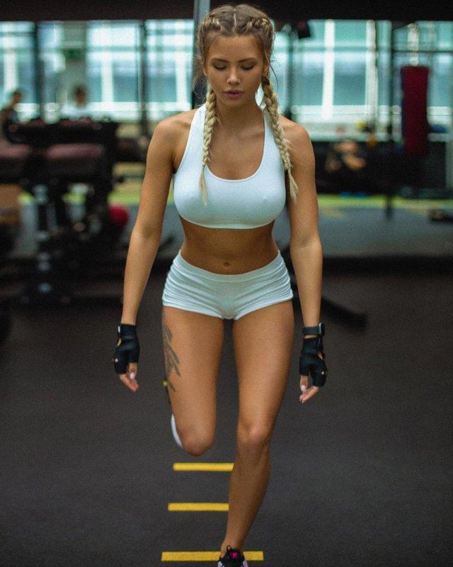 Fit Girls In Sports Bras (44 pics)