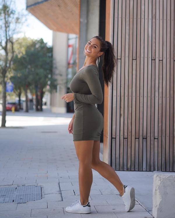 Girls In Tight Dresses (31 pics)