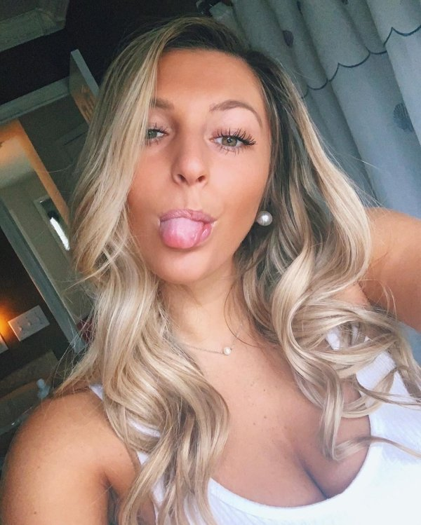 Hot Girls Sticking Out Their Tongues (38 pics)