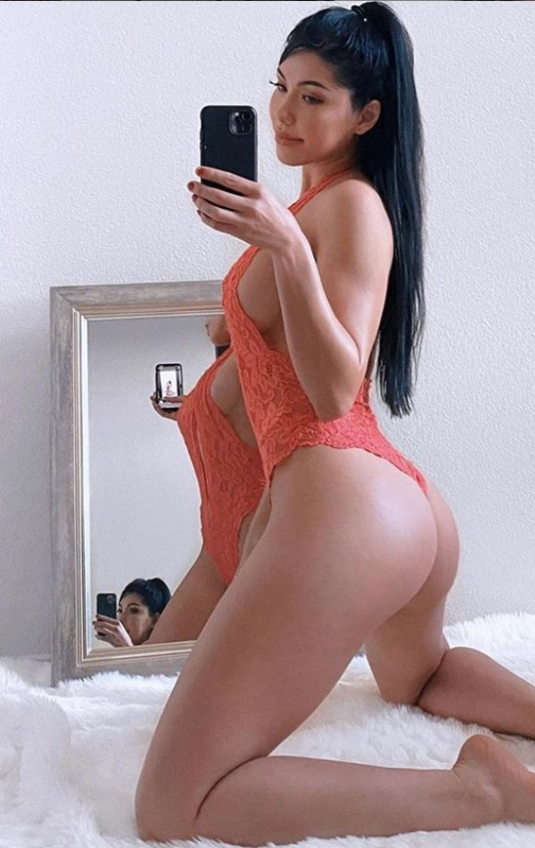 Girls Doing Selfies (70 pics)