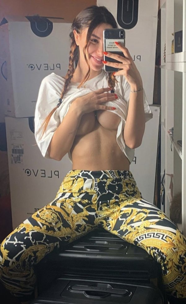 Girls Doing Selfies (70 pics)