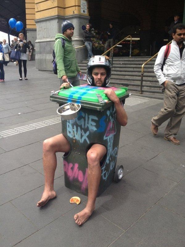 People Doing Strange Things (30 pics)
