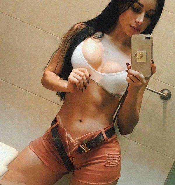 Girls In Shorts (51 pics)