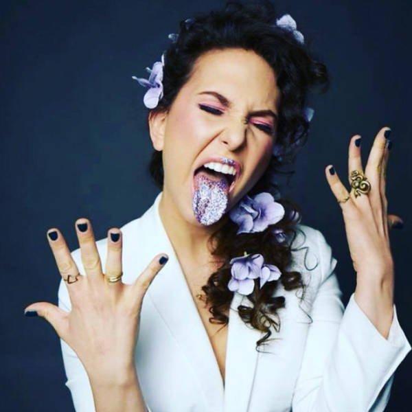 Weird Glitter Tongue Trend (21 pics)