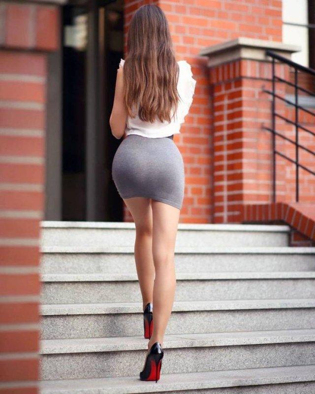 Girls In Mini Skirts (53 pics)