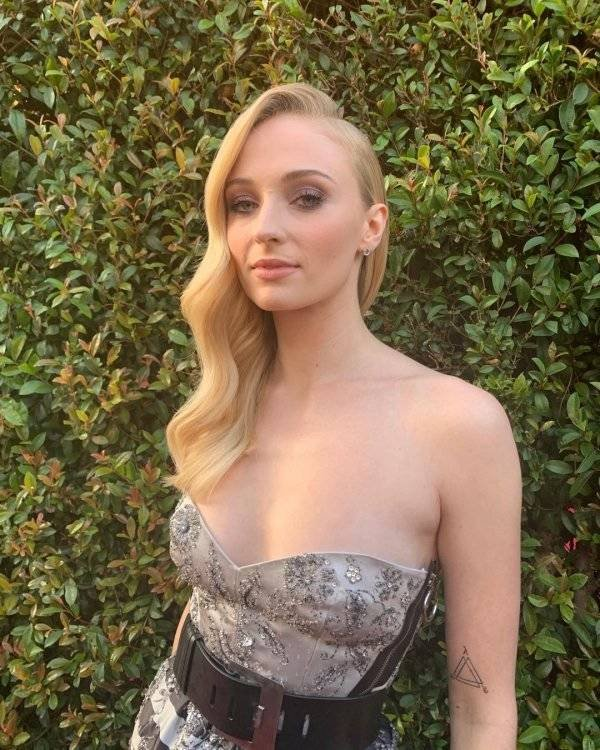 Sophie Turner Answers Questions In Instagram (23 pics)