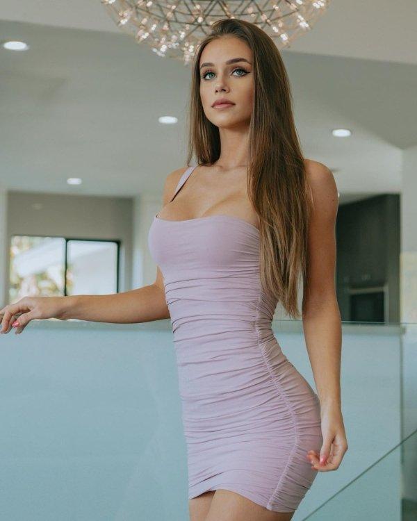 Girls In Tight Dresses (53 pics)
