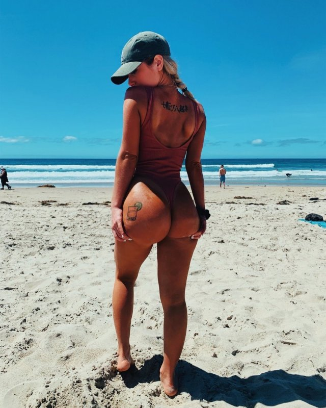 Hot Girls In Caps (34 pics)